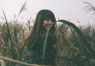 ツリーの前に立っている女性の写真・画像素材[1035694]