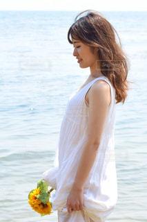 水の体の横に立っている女性の写真・画像素材[1036547]