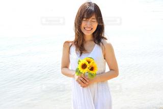 水の体の前でポーズの女の子の写真・画像素材[1036561]