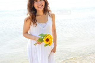 黄色のドレスの女性の写真・画像素材[1036562]