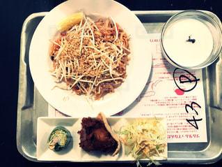 テーブルの上に食べ物のプレートの写真・画像素材[1036580]