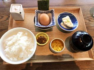 木製のテーブル、板の上に食べ物のプレートをトッピングの写真・画像素材[1036582]
