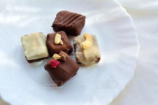 皿にチョコレート ケーキの写真・画像素材[1036587]