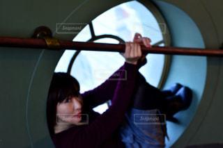 カメラにポーズ鏡の前に立っている人 - No.1036614