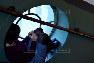 カメラにポーズ鏡の前に立っている人の写真・画像素材[1036615]