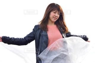 荷物の一部を保持している女性の写真・画像素材[1041198]