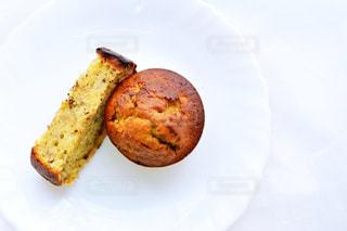 皿の上のパンの部分の写真・画像素材[1041212]
