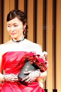 赤いドレスを着た女性の写真・画像素材[1041219]