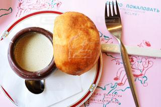 フォークで食べ物の皿の写真・画像素材[1053467]