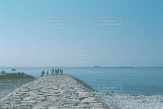 海の横にある水の体の写真・画像素材[1105164]
