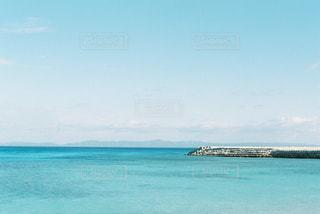水の体の真ん中に島の写真・画像素材[1105196]