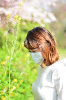草の中に立っている女性の写真・画像素材[1109775]