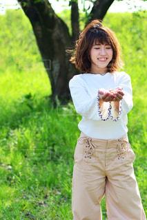 草の中に立っている少女 - No.1121792
