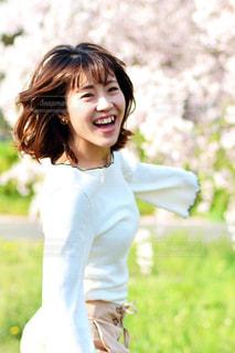 草の中に立っている少女の写真・画像素材[1121794]