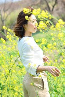 黄色の花を身に着けている人 - No.1121805