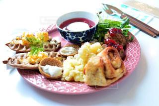 テーブルの上に食べ物のプレートの写真・画像素材[1152291]