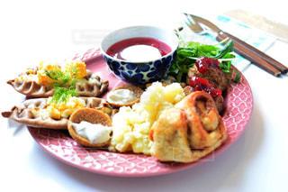 テーブルの上に食べ物のプレートの写真・画像素材[1152292]