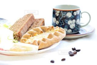 食品とコーヒーのカップのプレートの写真・画像素材[1152310]