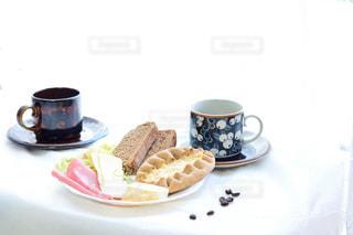 食品とコーヒーのカップのプレートの写真・画像素材[1152313]