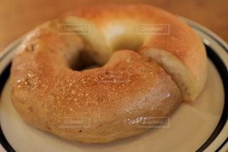 近くに皿にドーナツのアップ - No.1152323