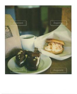 一杯のコーヒーとドーナツ プレートの写真・画像素材[1152330]
