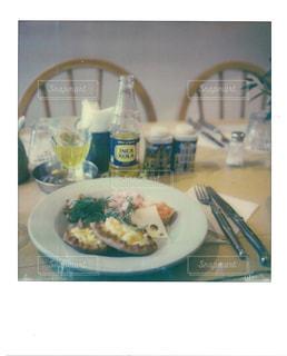 テーブルの上に食べ物のボウルの写真・画像素材[1152334]