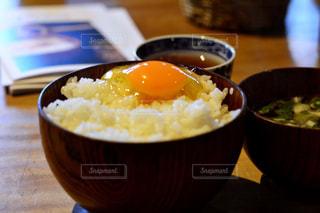 板の上に食べ物のボウルの写真・画像素材[1152351]