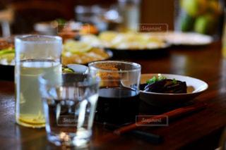 木製テーブルの上のコーヒー カップ - No.1152361