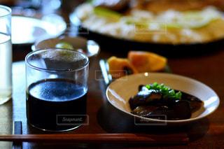 テーブルの上のコーヒー カップの写真・画像素材[1152363]
