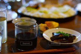 近くのテーブルの上に食べ物をの写真・画像素材[1152364]