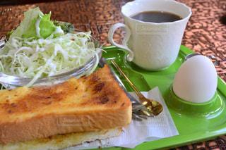 近くにサンドイッチとコーヒーのカップのアップの写真・画像素材[1153547]