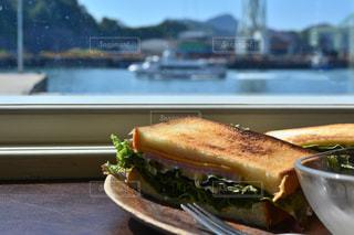 近くの皿にサンドイッチをの写真・画像素材[1153549]