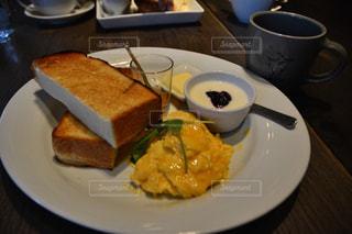 サンドイッチとコーヒーのカップ食品のプレートの写真・画像素材[1153555]