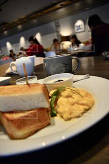 テーブルの上に食べ物のプレートの写真・画像素材[1153556]