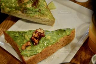 テーブルの上に食べ物のプレートの写真・画像素材[1153558]