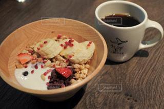 食品とコーヒーのカップのプレートの写真・画像素材[1153559]