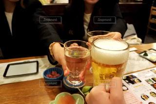 一杯のコーヒーをテーブルに座っている女性の写真・画像素材[1153602]