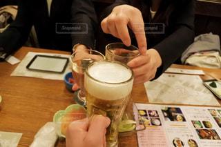一杯のコーヒーをテーブルに座っている女性の写真・画像素材[1153603]