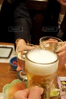 テーブルの上のガラスのコップ - No.1153604