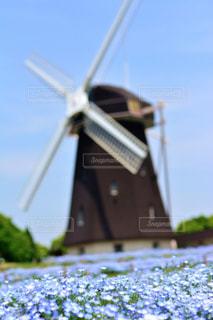 近くに風車のアップの写真・画像素材[1156593]