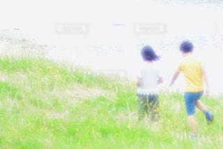 草の覆われてフィールド上に立っている人 - No.1157646