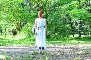 森の前に立っている人の写真・画像素材[1160103]