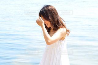 水の体の横に立っている女性の写真・画像素材[1178312]