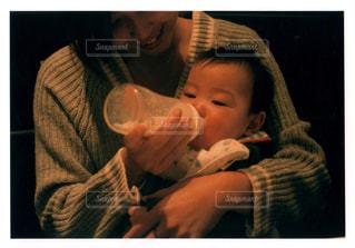 赤ん坊を持っている人の写真・画像素材[1181525]