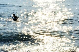 海でサーフボードで波に乗って人の写真・画像素材[1181600]