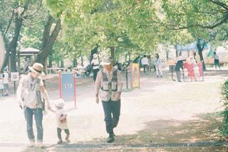 未舗装の道路を歩いて人々 のグループの写真・画像素材[1181618]