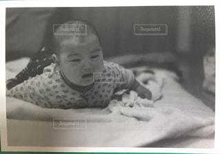 ベッドの上に座っている赤ちゃん - No.1181634