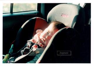 窓の前に座っている男の写真・画像素材[1181635]