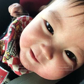 近くに赤ちゃんのアップの写真・画像素材[1181636]