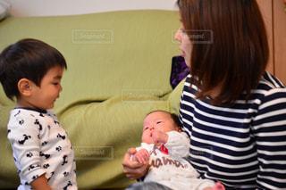 赤ん坊を抱える女性の写真・画像素材[1181643]